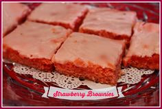 Strawberry Brownies - Made with cake mix. Change the cake mix flavor & change the kind of brownie. Just Desserts, Delicious Desserts, Dessert Recipes, Yummy Food, Bar Recipes, Strawberry Brownies, Strawberry Cakes, Strawberry Fields, Strawberries