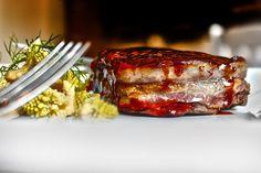 Filetto di manzo al mosto cotto con cavoletti romani in agrodolce e patate Turchesa chips