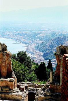 Prachtig uitzicht vanaf de ruïne van het Romeinse theater in Taormina op Sicilië