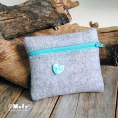 Piccolo portatutto da borsa in feltro grigio chiaro con bottoni decorativi a forma di cuore di MelyHandmade su Etsy