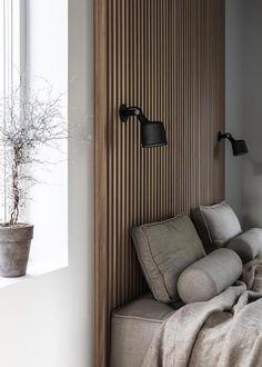 The interior design of a bedroom is the most common concern in every home design. The design of bedroom must be such that it is a comfortable and relaxing place. Estilo Interior, Interior Styling, Interior Design, Studio Interior, Wood Slat Wall, Wood Slats, Decoration Bedroom, Timber Cladding, Minimalist Room
