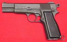 Dienstplicht - Browning HP   - Het pistool dat door de KL in de jaren 70 en daarna in gebruik was is de M46 Browning FN, 9mm HP. Dit is een semi-automatisch wapen en geschikt voor gebruik op afstanden tot ongeveer 25 meter. Het magazijn mag maximaal 13 patronen bevatten. Het gewicht is 0,95 kg.  De 9mm munitie is gelijk aan die gebruikt wordt voor de UZI.   Bij het pistool behoren de volgende toebehoren: - 2 patroonmagazijnen - 1 pompstok - 1 pistooltas - 1 pistoolkoord