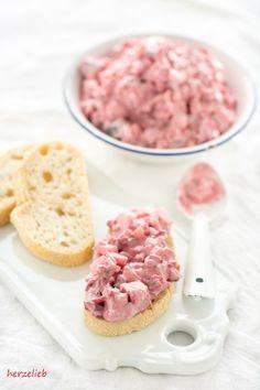 Selbstgemachter Heringssalat mit roter Bete ist ganz leicht und einfach nach diesem Rezept zu machen. Aufs Brot oder zur Kartoffel lecker!
