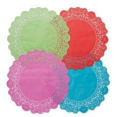Centrini di carta per torte coloratissime, per unire il modo di ieri alla fantasia di oggi. Il diametro è di 9,5 cm, in una confezione ce ne sono 12. 1€