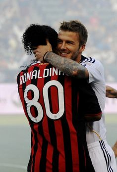 Ronaldinho Photos - David Beckham of the Los Angeles Galaxy greets former teammate Ronaldinho of AC Milan before the MLS match at The Home Depot Center on July 2009 in Carson, California. - AC Milan v Los Angeles Galaxy Football Awards, Fifa Football, Football Season, Football Players, Ronaldo, David Beckham Football, David Beckham Photos, Soccer Pictures, Soccer Pics