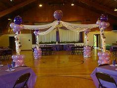 Decoración para pista de baile con lienzos y globos..