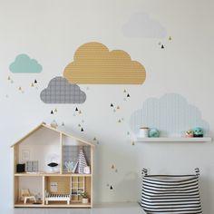 Das FLISAT Puppenhaus von IKEA ist sehr beliebt. Kein Wunder, denn es ist schlicht und nicht so groß wie andere Puppenhäuser. Jedoch wünschen sich Kinder für ihr Puppenhaus eine richtige Einrichtung und schöne Deko wie bei den Großen. Dazu gehören Tapeten, Bilder und Teppiche. Deswegen gibt es im Limmaland nun auch all das auf einem Stickerbogen. Und die Wolken Wandtattoos gibt es passend dazu. Alles zu finden unter www.limmaland.com