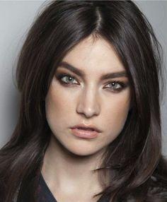 yeux verts, coupe de cheveux femme courte jusque les epaules, couleur chatain foncé