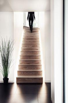 Awesome indirekte Beleuchtung der Holztreppe innen