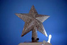 A estrela dá um toque final no pinheirinho que não tem uma ponto definida por ser de madeira.
