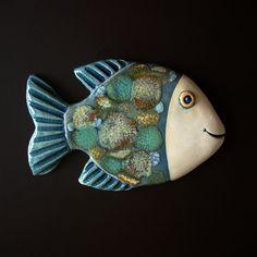 Ryba Závěsná keramická ryba. Rozměr 15,5 x 10 cm. Metal Fish, Wood Fish, Pottery Animals, Ceramic Animals, Crab Art, Fish Art, Ceramic Pottery, Ceramic Art, Clay Fish