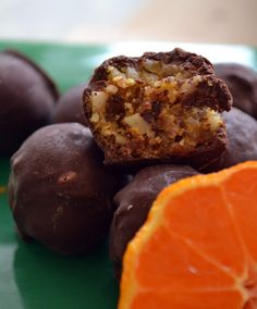 sokolatakia mantarinata Greek Sweets, Greek Desserts, Greek Recipes, Strawberry Truffle, Chocolate Caramels, Holiday Recipes, Vegetarian Recipes, Sweet Tooth, Dessert Recipes