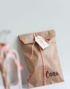 Een DIY traktatie met kraft zakje en stempel (c)Alsjeblief.be Kraft Bag, Paper Gift Bags, Jungle Party, Brown Bags, Kids Bags, Brown Paper, Diy Paper, Wedding Details, Party Time