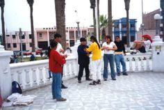 08/10/2001: Después de la caminata SOS (desde Lima hasta Ica), los practicantes mostraron a la gente cómo hacer los ejercicios en un parque de la ciudad de Chincha.