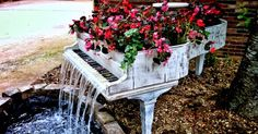 Funny pictures about Old Piano Turned Into Outdoor Fountain. Oh, and cool pics about Old Piano Turned Into Outdoor Fountain. Also, Old Piano Turned Into Outdoor Fountain photos. Vieux Pianos, Old Pianos, Deco Design, Design Design, Dream Garden, Big Garden, Garden Kids, Garden Oasis, Terrace Garden