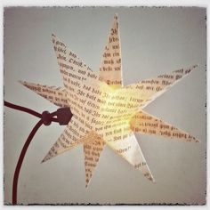Lichterkette mit Sternen aus alten Büchern