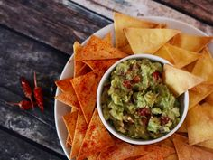 Guacamole s domácími kukuřičnými chipsy Guacamole, Salsa, Food And Drink, Mexican, Dishes, Ethnic Recipes, Treats, Sweet Like Candy, Goodies