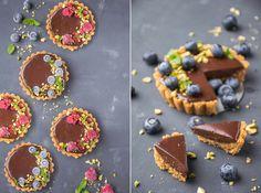 Deze vegan chocolade ganache taartjes zijn super eenvoudig om te maken met maar 5 ingrediënten. En geloof me, je gaat ze geweldig vinden!