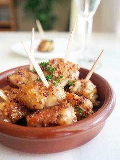ハニーマスタードチキン by 加瀬 まなみ / 取り皿もフォークも不要、手軽につまめるのが嬉しいフィンガーフード。女性はもちろん男性にも大人気で、ワイン会では「ハニマ」の愛称で親しまれてます。さめても美味しいのでお弁当にも。 / Nadia Meat Recipes, Asian Recipes, Chicken Recipes, Cooking Recipes, Healthy Recipes, Western Food, Food Menu, Easy Cooking, How To Cook Chicken