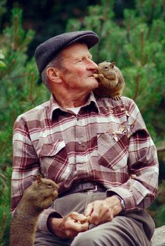 Squirrel and gentleman share a peanut. Reminds me of my Uncle Fritz, who faithfully put walnuts out for Harrisburg's squirrel population. Hamsters, Rodents, Sweet Pictures, Animals Beautiful, Cute Animals, Odd Couples, Fauna, Chipmunks, Pet Birds