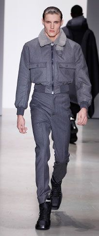 Gotham bağlı pazen / ışık heather shearlıng yaka havacı ceket, beyaz merserize pamuklu t shirt Gotham bağlı pazen yüksek belli pantolon ince siyah / gri rugan / naylon ayak bileği manşet mat siyah kauçuk deri çizme alan