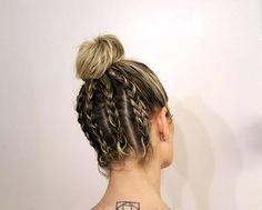 Depois de aparecerem nas passarelas da Dior, o coque alto com tranças na nuca inspirou Didier Sé que fez o penteado tendência de 2017 na bela Helena Bordon.