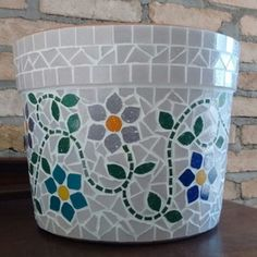 Vaso rosa floral Mosaic Flower Pots, Mosaic Pots, Mosaic Garden, Mosaic Glass, Mosaic Crafts, Mosaic Projects, Mosaic Bottles, Glass Wall Art, Creative Kids