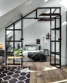 chambre à coucher minimaliste, porte atelier, parquet en bois, petite table basse