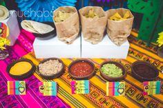 FIESTA VIVA MEXICO! Cactus, calaveras, corazones, sombreros, sol Inca y una paleta de colores super vibrante decoraron y dejaron la celebración super alegre. Para que la niña pudiera llevarse lindos recuerdos, montamos una cortina de cintas de colores (photobooth), así todos los invitados pudieron sacarse fotos hermosas y entretenidas. ¿Quieres una fiesta linda? ¡Sólo escríbenos al info@muchabum.com y listo! Las fotos preciosas son de Simone Milleo Photography {Babies, Kids & Family}.