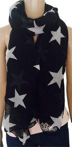 Zwarte sjaal met grote witte sterren.