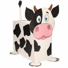 Koe zelf maken knutselpakket / Sinterklaas surprise. Compleet basis bouwpakket om een koe te kunnen maken zoals op de afbeelding. Dit pakket bestaat uit de basismaterialen en instructies die u nodig heeft om een koe te knutselen van ongeveer 41 x 16 x 35 cm. Daarna kunt u de surpise naar eigen wens versieren en personaliseren. Extra nodig: - Lijm - Schaar - Plakband / tape Ruimte voor kado: In het doosje is een ruimte van ongeveer 35 x 24 x 12 cm.