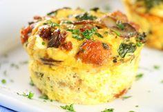 Ces muffins aux œufs, champignons et chou kale sont un vrai déjeuner de champion... Ça se conserve bien alors c'est facile de faire à l'avance!