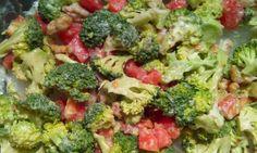 nsalada de brócoli, nueces y tomate con salsa de yogur