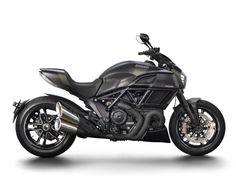 Der 2016er-Jahrgang der Ducati Diavel Carbon ist an Keramik-beschichteten Krümmern sowie an der neuen Lackierung in Asphalt Gray zu erkennen.