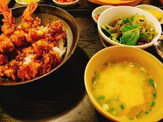 신촌역 건너 노고산동으로 가면 왠지 아무것도 없을 거 같은 골목에 작은 식당이 있어요. '히노키공방'이에요. 들어가면 인테리어부터 일본 가정식 밥집 느낌을 팍팍 주고 있었어요. '심야식당' 같은 느낌?   사실 이렇게까지 �