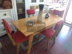 mesa escandinava en madera paraiso con sillas tapizadas vintage
