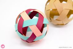 Easy Woven Paper Ball Decoration Tutorial - Learn how to make a pretty woven paper ball decoration. Made from 6 strips of paper, no glue required. These woven paper balls are great to hang up or display in bowls. Cute Origami, Useful Origami, Origami Stars, Origami Easy, Origami Flowers, Origami Videos, Tutorial Origami 3d, Origami Instructions, Origami Balloon