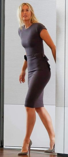 Maria Sharapova in a curve hugging gray dress and stilettos Tall Women, Sexy Women, Maria Sharapova Hot, Sharapova Tennis, Maria Sarapova, Tennis Players Female, Serena Williams, Athletic Women, Female Athletes