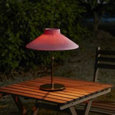 Helps you save energy and reduce your environmental impact because it is powered by a solar panel that converts sunlight into electricity. Outdoor Table Lamps, Outdoor Lighting, Outdoor Decor, Solar Powered Led Lights, Ikea Home, Luminous Flux, Luz Led, Led Lampe, Incandescent Bulbs