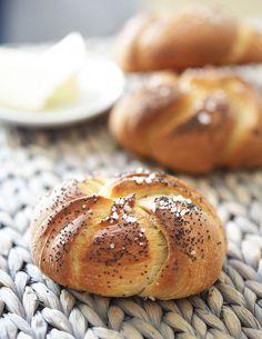Domácí kaiserky. Jsou křupavé, voní po celé kuchyni, a jakmile vedle nich postavíte máslo a otočíte se, záhadně zmizí. To když se na ně vrhnou nedočkaví strávníci! Dobrá zpráva? Naučíme vás je. Bread Recipes, Cooking Recipes, Healthy Recipes, Czech Recipes, Bread And Pastries, Breakfast Bake, Bread Rolls, Pavlova, Food Design