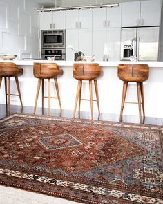 Beautiful modern white kitchen with mid century modern stools and a vintage Persian area rug. Beautiful modern white kitchen with mid century modern stools and a vintage Persian area rug. Mid Century Modern Rugs, Mid Century Modern Kitchen, Mid Century Modern Living Room, Living Room Modern, Rugs In Living Room, Mid Century Rug, Kitchen Modern, Dining Rooms, Persian Decor