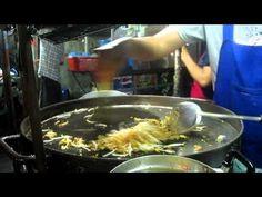 So macht man in Thailand Pad Thai. Das sind gebratene Nudeln.