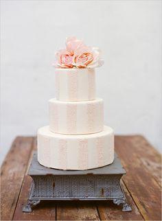 tarta de bodas a rayas blancas y rosas