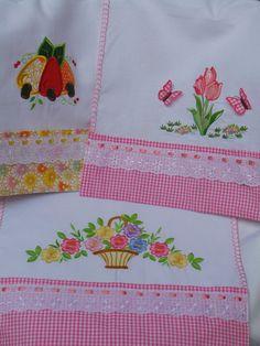 Pano de copa Bordado com aplique. Um charme para sua cozinha!!! com barrado em tricoline e bordado Inglês. O preço é referente à 1 unidade, *escolha entre as opções acima. Diy Home Crafts, Sewing Crafts, Sewing Projects, Arts And Crafts, Felt Embroidery, Embroidery Stitches, Embroidery Patterns, Patch Quilt, Applique Designs