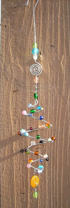 Beaded Wind Chimes Ideas - Swirl Sun Catcher- This Sun Catcher is created with wire and glass beads, very c. Diy Projects To Try, Crafts To Make, Fun Crafts, Craft Projects, Arts And Crafts, Garden Crafts, Garden Art, Garden Ideas, Wire Crafts