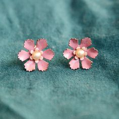 These super cute post earrings from the 1950s are a great addition to any outfit