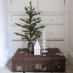 Alter Koffer Deko alter koffer deko weihnachten turm weihnachtsbaum lichterkette