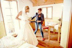 Hochzeit Sabina & Kai  Samerberg im Chiemgau - Duftbräu  Freundin kontrolliert den Sitz des Brautgewandes