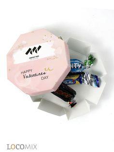 Valentijnsdag komt eraan! Bedank uw collega's of zakelijke relaties met het Celebrations doosje. Het doosje is gevuld met vijf van de lekkerste Celebrations chocolaatjes, de perfecte manier om iemand te bedanken op Valentijnsdag. U kunt de zijkanten en bovenkant bedrukken. Zo kunt u uw eigen logo en boodschap erop zetten. Het Pink Valentine ontwerp straalt liefde en vertrouwen uit, perfect voor een Valentijnsbedankje! #zakelijke #bedankjes #Valentijnsdag Happy Valentines Day, Giveaway, Container
