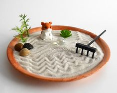 Best Pics Zen Garden sand Concepts There are modern gardens, contemporary gardens, Zen gardens, stone gardens, many others. While a lot Mini Jardin Zen, Mini Zen Garden, Garden Bed, Office Zen Garden, Indoor Garden, Zen Office, Miniature Zen Garden, Garden Whimsy, Miniature Gardens
